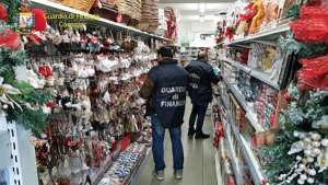 Sequestrati dai finanzieri 300mila articoli natalizi non sicuri
