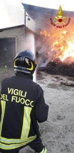 Violento incendio in un fienile, indagini sulle cause del rogo