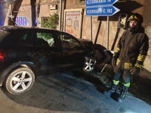 Auto sbatte contro un casolare sulla Statale106, muore 19enne