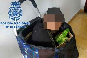 Migranti: tenta di entrare in Spagna nascosto in un trolley della spesa ma viene scoperto
