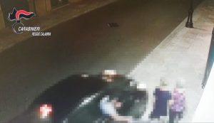 Tentano di scippare una donna e la trascinano per metri, due giovani arrestati