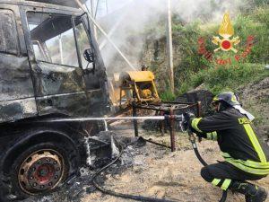 In fiamme automezzi da cantiere nel comune di San Sostene, ipotesi dolosa