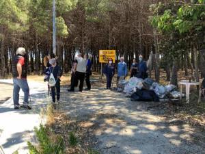 Soverato – Volontari e cittadini uniti per la pulizia della pineta Corvo