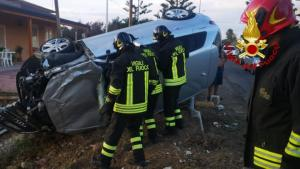 Pauroso incidente stradale, auto si ribalta e sfonda muretto di recinzione. Tre feriti