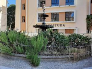 Catanzaro – Fontana di piazza Santa Caterina indecorosa, Pisano ne sollecita la pulizia