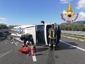 Autofurgone perde il controllo e si ribalta, conducente trasportato in ospedale