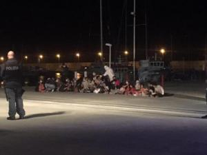Nuovo sbarco in Calabria, arrivano in 150 a bordo di un vecchio peschereccio