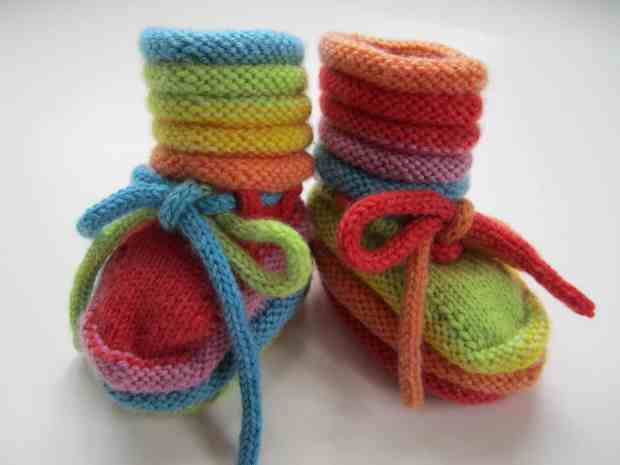 صور أحذية كروشية للأطفال منوعة