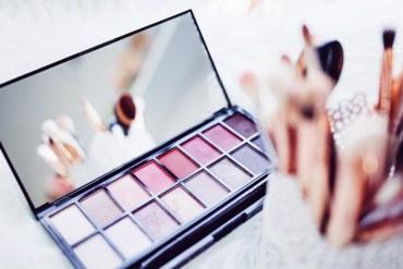 Palette de maquillage pour les gestes beauté du matin en été