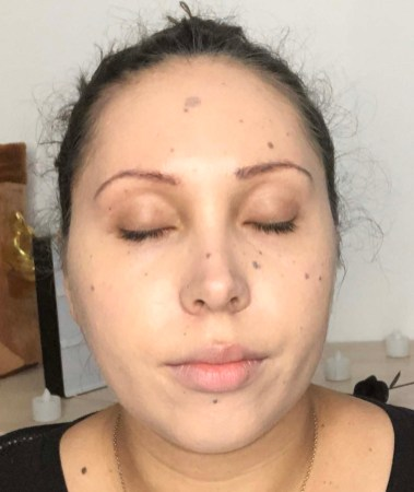 Application de l'Aqua Nude de Guerlain