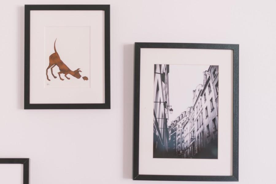 Cadres photos accrochés au mur