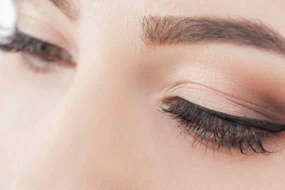 Tuto make-up pour réaliser un trait de liner avec un crayon.