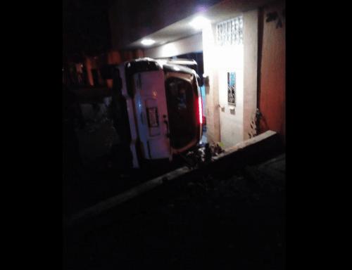 Así quedó el vehículo empotrado en una residencia. (Foto: captura Facebook)