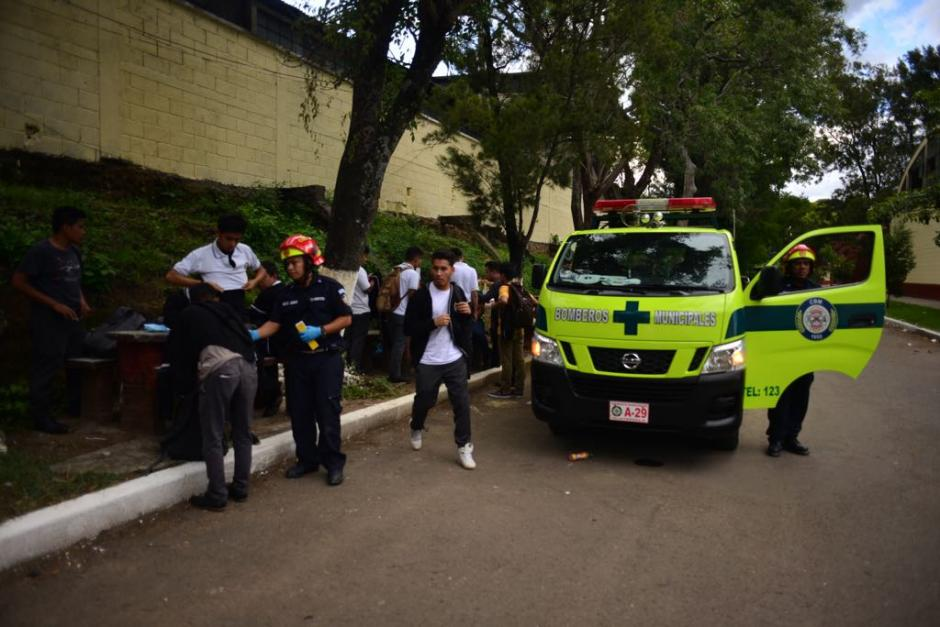Al menos 30 estudiantes fueron trasladados por Bomberos Municipales. (Foto: Jesús Alfonso/Soy502)