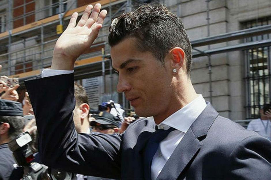 El fisco italiano puede embargar el sueldo y la ficha de Cristiano Ronaldo si esta no solventa su deuda con Hacienda en España. (Foto: AFP)