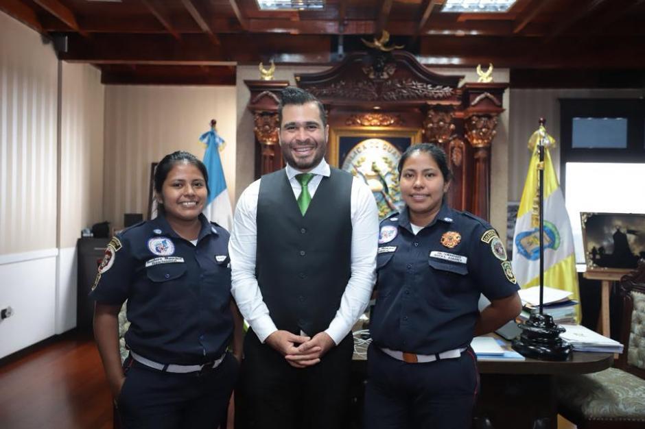 El alcalde de Mixco, Neto Bran, se reunió con la bombera que fue despedida de La Democracia. (Foto: Facebook/Neto Bran)