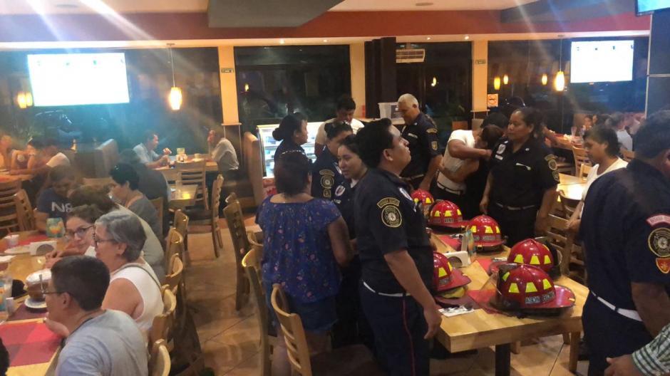 Un grupo de bomberos que se preparaba para cenar fue ovacionado por los comensales que se encontraban en el lugar. (Foto: Cortesía)