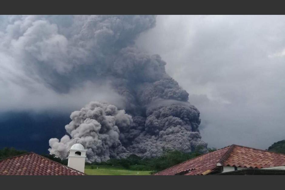 Pilotos aviadores compartieron imágenes de la erupción del volcán. (Foto: captura de video de Facebook)