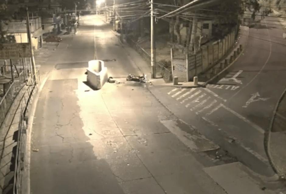 Un motorista perdió el control de su vehículo y se estrelló contra un bloque de cemento. (Foto: Captura de video)