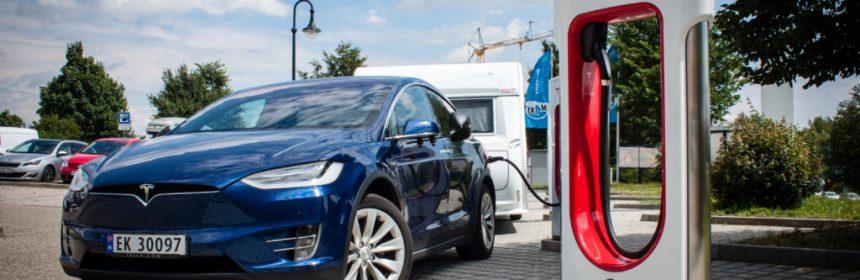 Un Tesla con caravana, recargando baterías