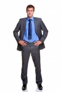 5179555-hombre-de-negocios-en-un-traje-a-rayas-de-pie-con-las-manos-sobre-sus-caderas-aisladas-sobre-fondo-b