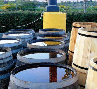 Barriles grande recicla agua de lluvia