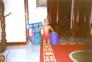 pequeño mochilero y aventurero a punto de irse de excursión
