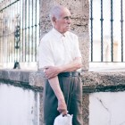 viejo gaditano en la puerta de una iglesia