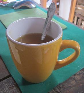 """Die Tasse mit der Backpulverlösung kombiniert                       mit dem süssen Dicksaft """"Algarrobina"""""""