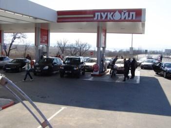 Гражданите на община Созопол застанаха в очакване да заредят капка-две от скъпоценното гориво