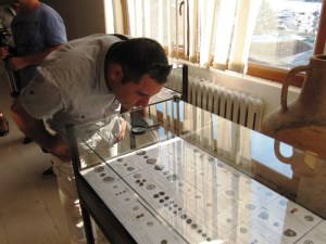 Йордан Петков разглежда изложбата от най-старите български монети