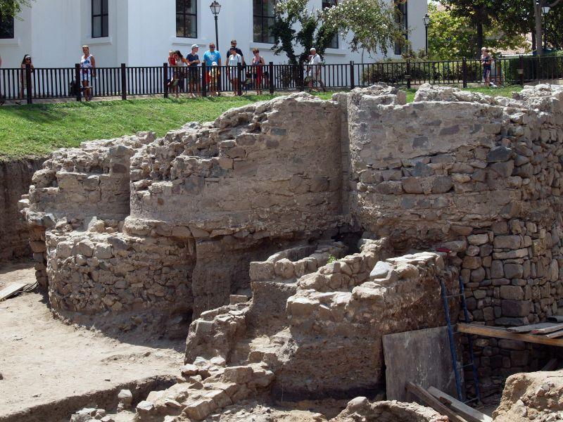 Археолози разкриха късноантична баня в Созопол