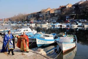 Отец Иван освещава и рибарските лодки 1