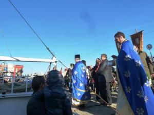 Отец Иван и Отец Димитър освещават екипажа