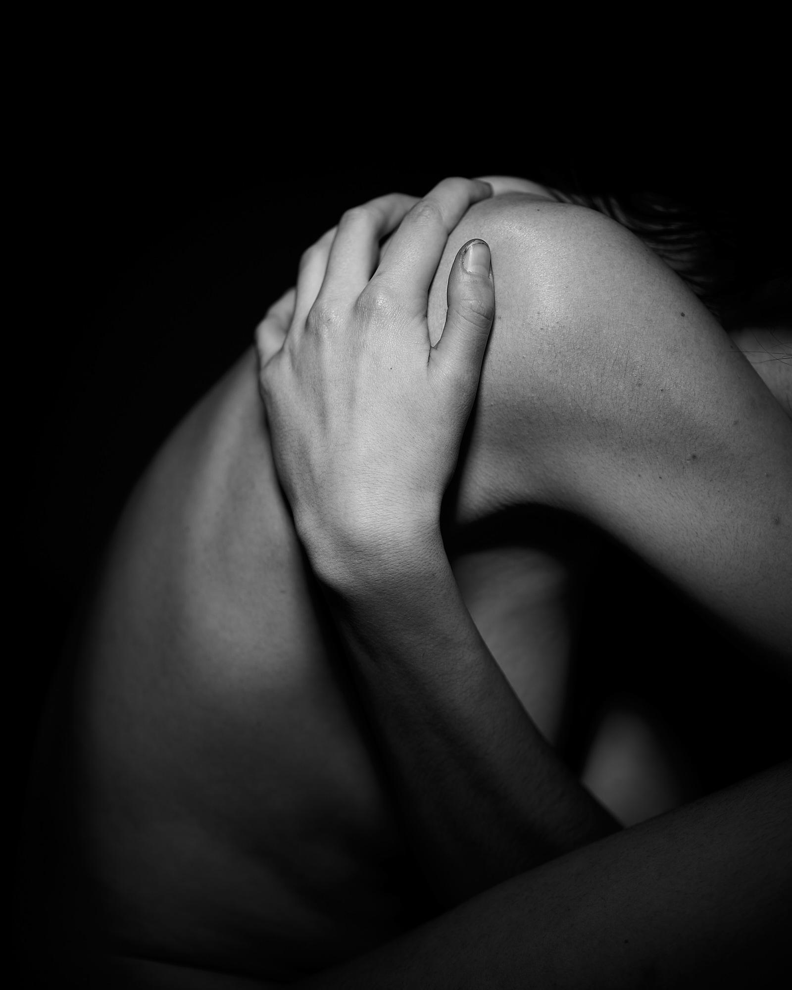 Détail d'une main sur un corps nu