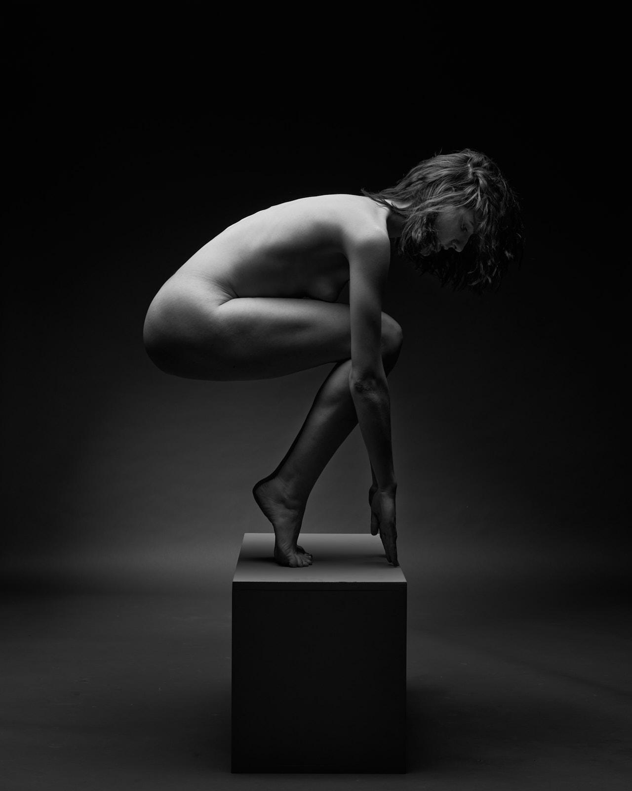Une femme nue accroupie sur la pointe des pieds, nu académique, artistique
