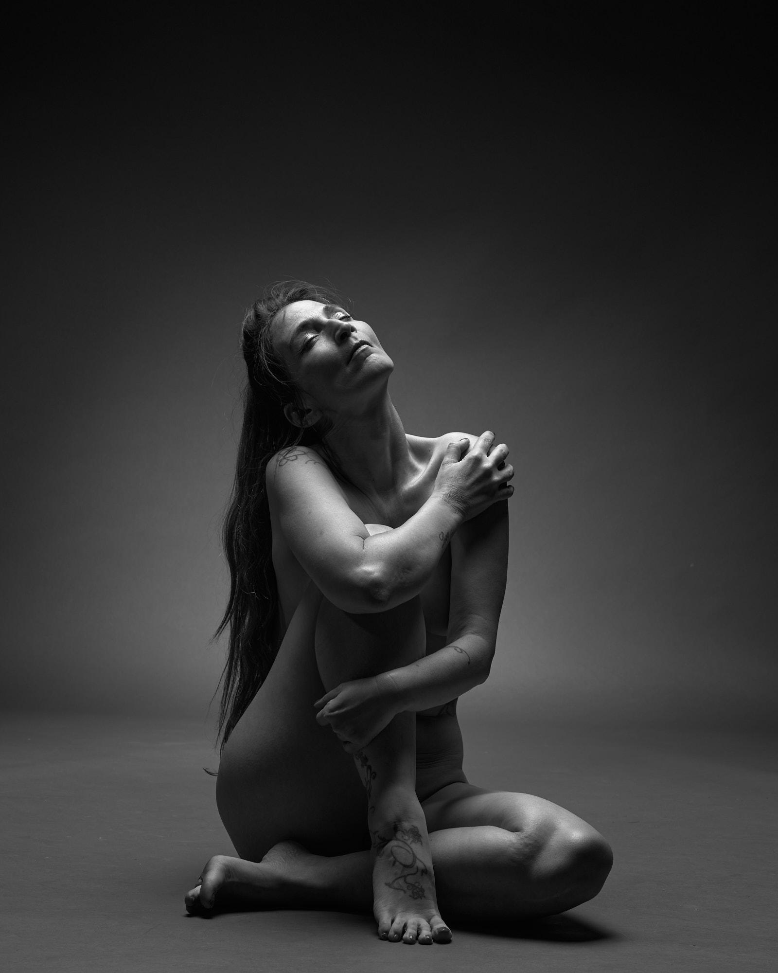 Femme nue assise au sol