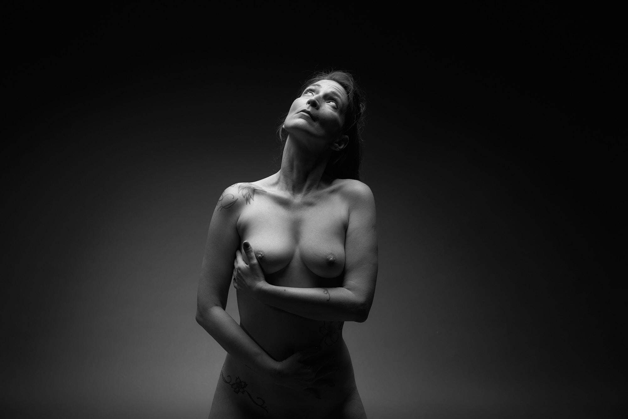 Femme nue debout, regard au ciel