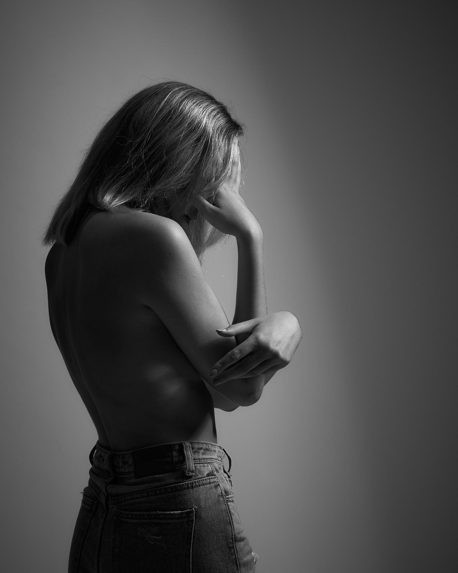 femme torse nu debout noir et blanc cheveux blond