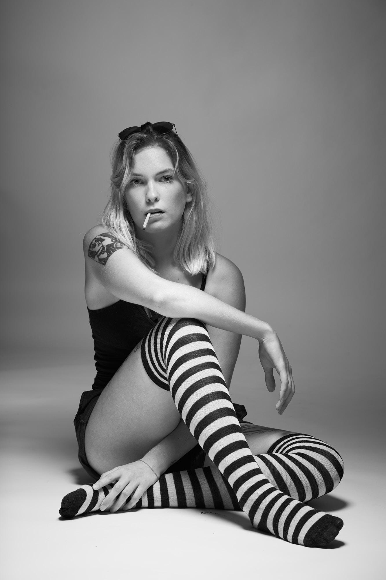 Portrait, chaussettes, noir et blanc, cigarette