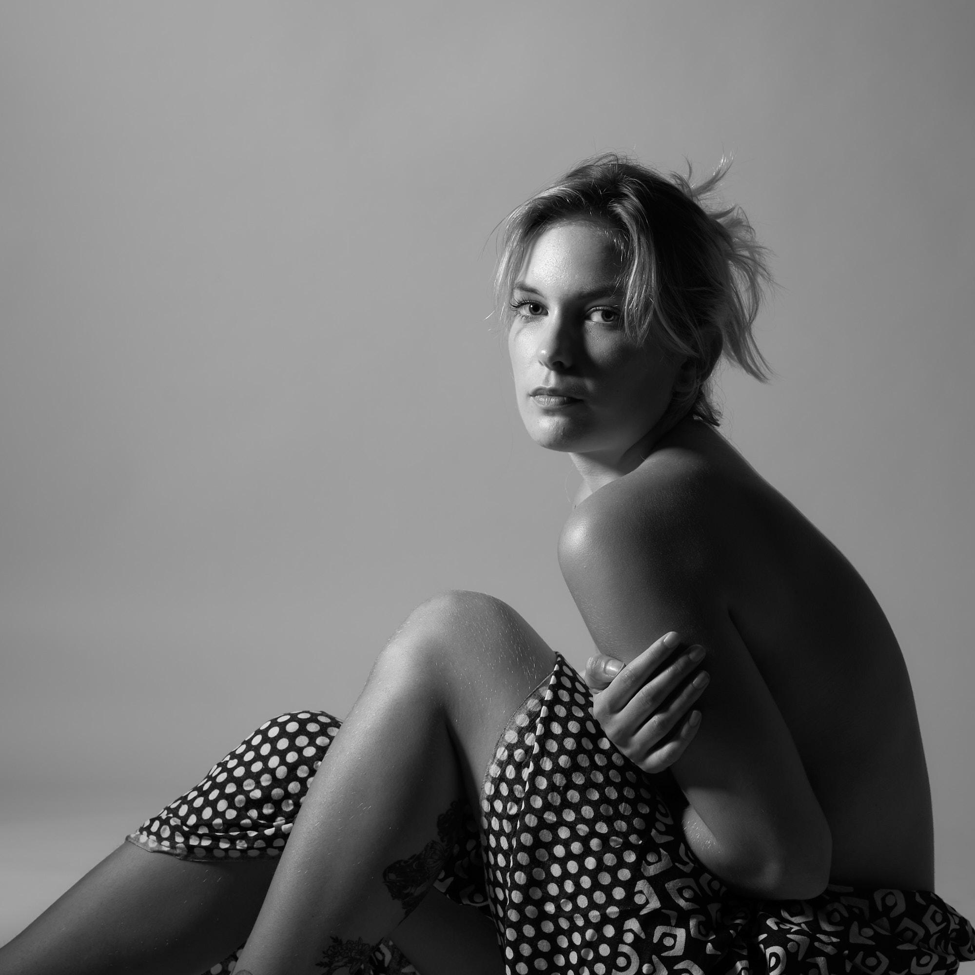 Portrait assis, féminin, noir et blanc