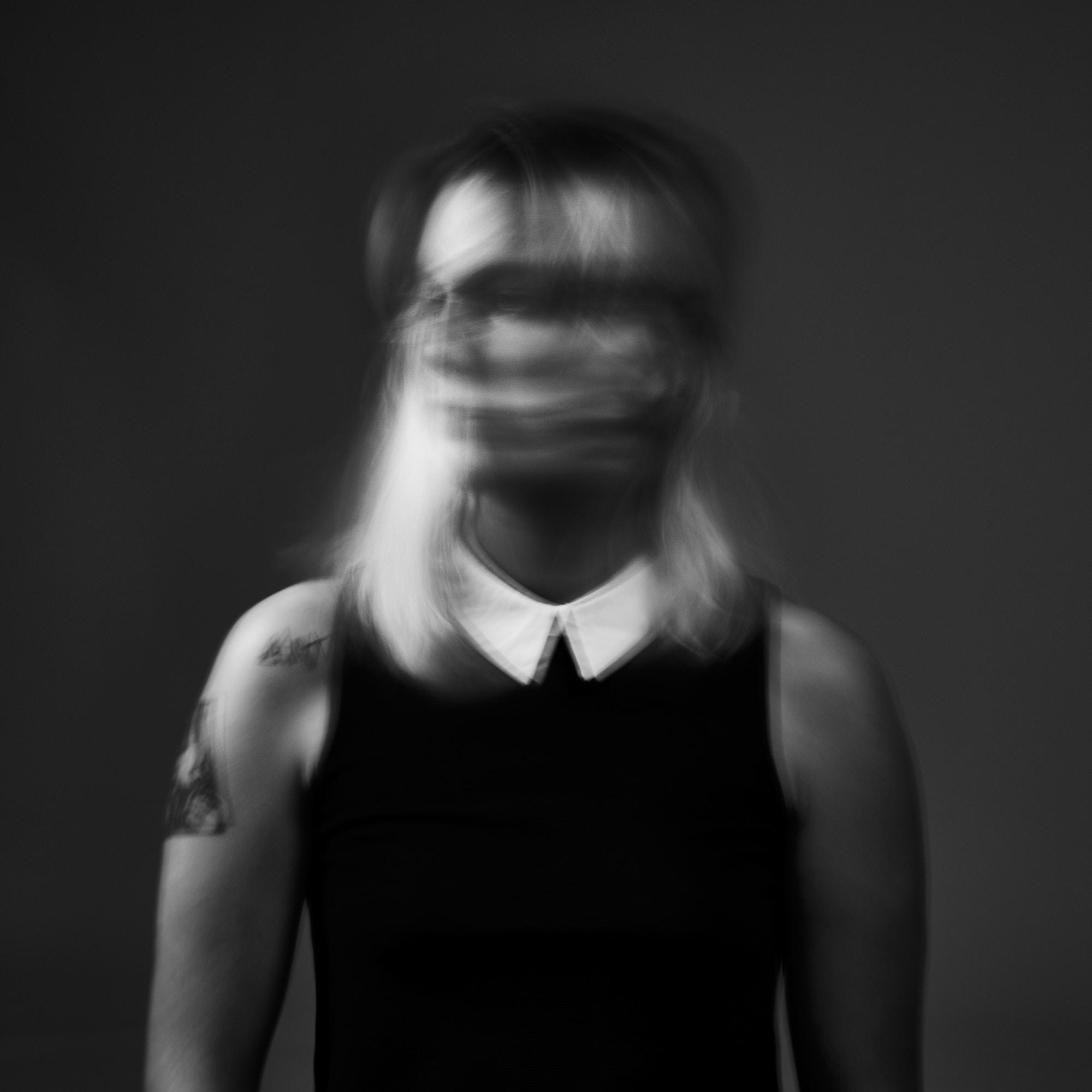 Portrait flou, noir et blanc, femme
