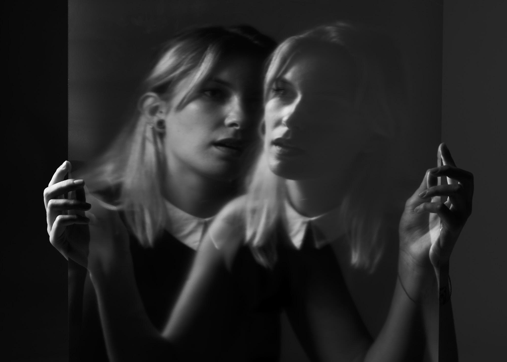 Portrait double noir et blanc, buste