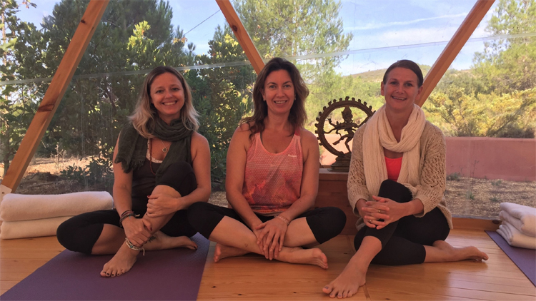 MasQI the energy house. Your SISters in wellness Marta and Femke enjou a detox and Yoga break.