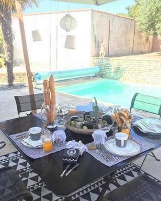 Le petit déjeuner servi au bord de la piscine
