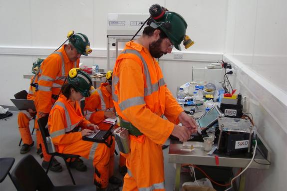 A equipe MASE recolhidas várias amostras de dentro da mina, que eles vão analisar para assinaturas de vida ao longo dos próximos dois ou três meses.