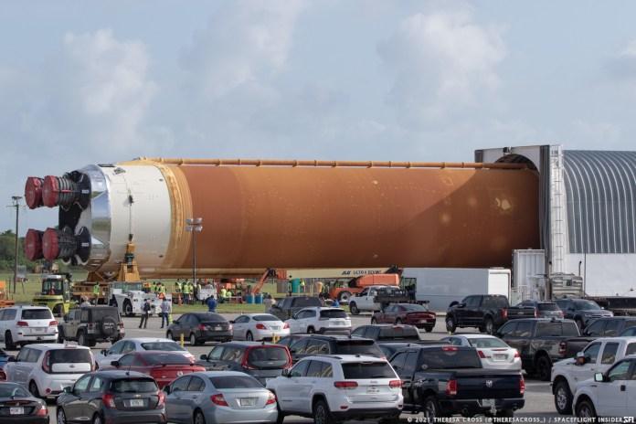 पहले स्पेस लॉन्च सिस्टम रॉकेट के लिए मुख्य चरण वाहन असेंबली बिल्डिंग में परिवहन के लिए पेगासस बज से बाहर ले जाया गया है।  क्रेडिट: थेरेसा क्रॉस / स्पेसफ्लाइट इनसाइडर