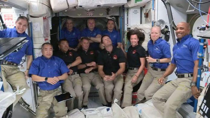 क्रू-दो ड्रैगन अंतरिक्ष यात्रियों के आगमन के बाद, काली शर्ट में देखे गए, अंतर्राष्ट्रीय अंतरिक्ष स्टेशन की आबादी अस्थायी रूप से बढ़कर 11. क्रेडिट हो गई: नासा
