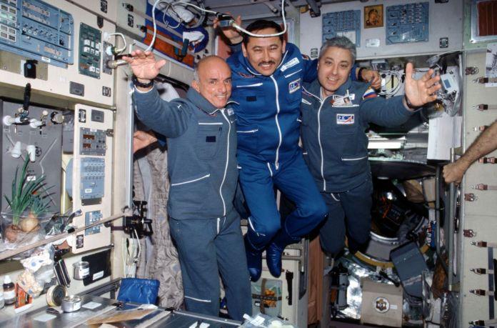 डेनिस टीटो, पहला कक्षीय अंतरिक्ष पर्यटक, 2001 में अंतर्राष्ट्रीय अंतरिक्ष स्टेशन के अंदर तैरता है। श्रेय: NASA