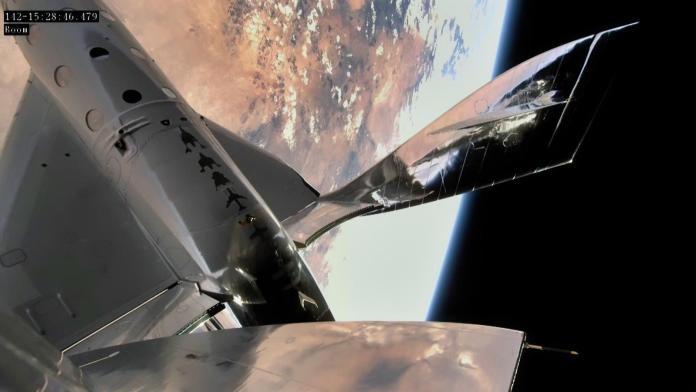 SpaceShipTwo VSS यूनिटी न्यू मैक्सिको के स्पेसपोर्ट अमेरिका से अपनी पहली अंतरिक्ष उड़ान के बाद अपभू की ओर अग्रसर है।  क्रेडिट: वर्जिन गेलेक्टिक